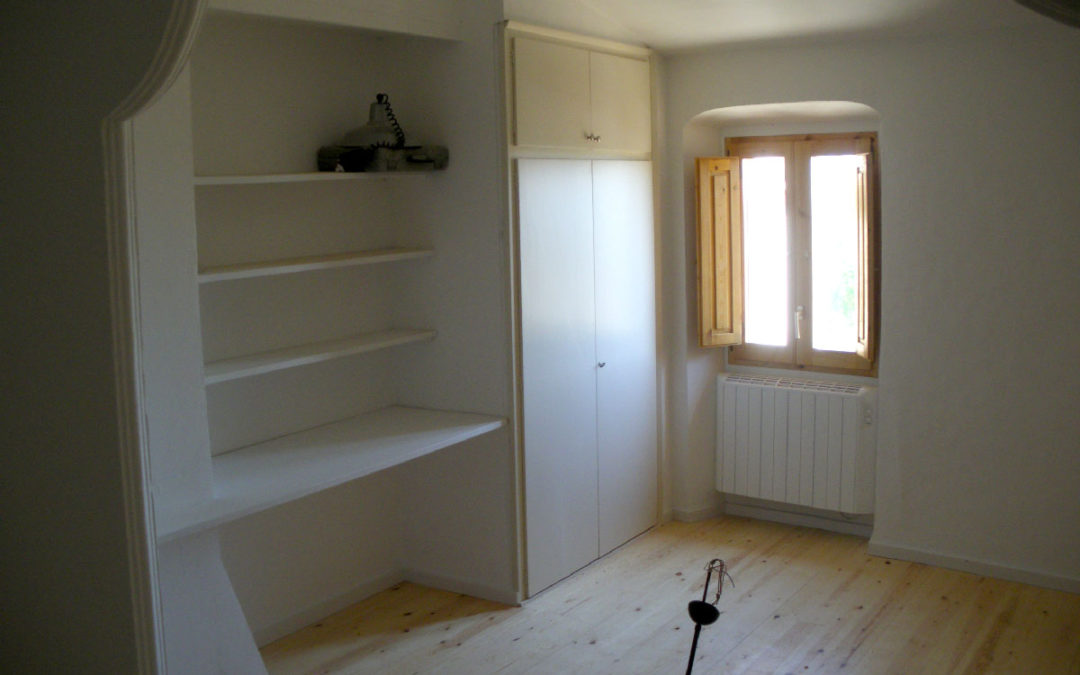 Reforma interior d'una vivenda entremitgeres a Lladó